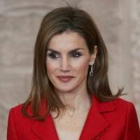 Reina Letizia luce hermosa con una falda étnica y un top de cuello halter que mostró sus brazos tonificados