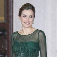 La reina Letizia es ejemplo de elegancia con un pantalón palazzo a la cintura y una blusa off shoulder de seda blanca