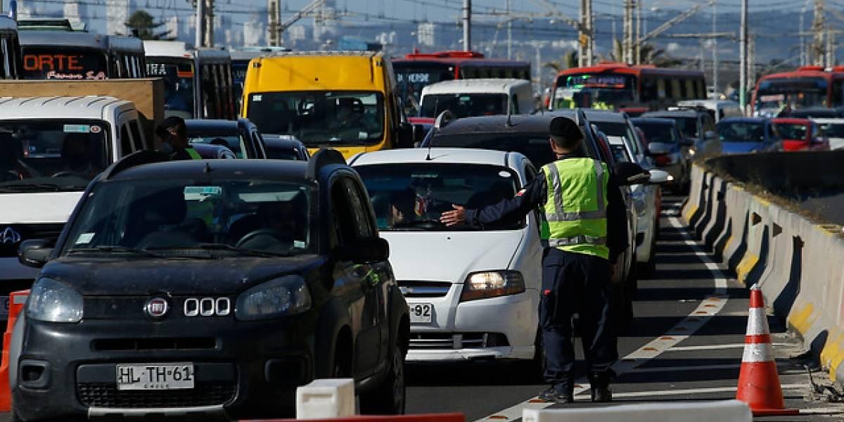Sin reclamar por los tacos, demoras y cordones sanitarios: éxodo de casi 50 mil vehículos por el fin de semana largo