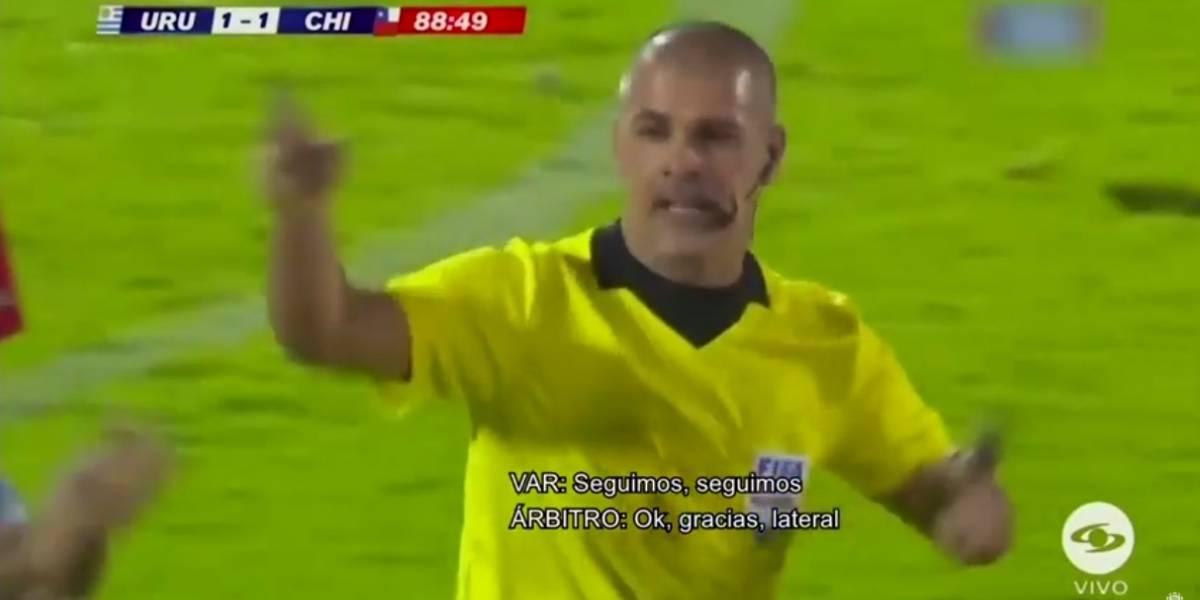 """Se liberó el audio del VAR del Uruguay-Chile: """"Impacta en la mano pero está en una posición natural, seguimos, seguimos..."""""""
