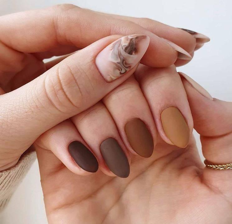 Diseños de uñas en tonos marrones
