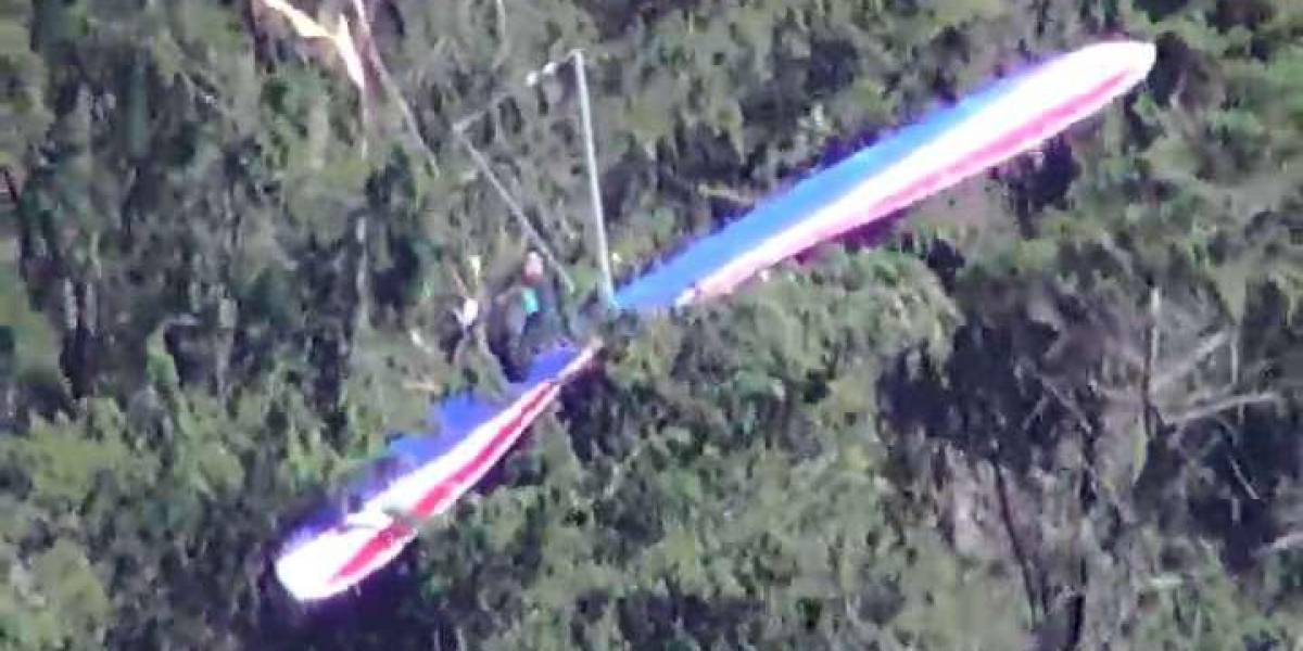 Ciudadano quedó atrapado en un árbol junto a su parapente en Guápulo