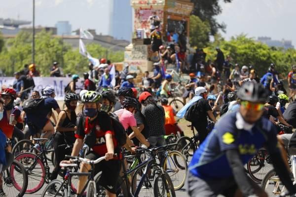 """Multitudinaria caravana de ciclistas por el """"Apruebo"""" se congregaron en Plaza Italia"""