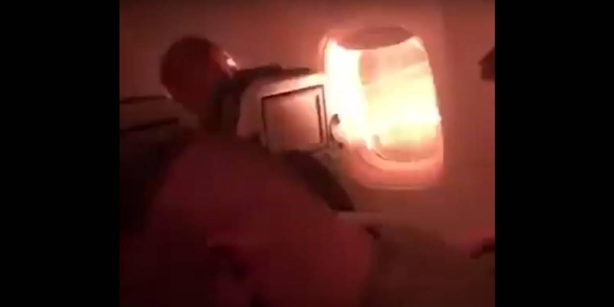 Passageiro registra turbina de avião pegando fogo durante decolagem