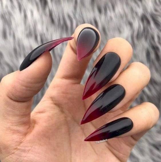 Colores oscuros de uñas