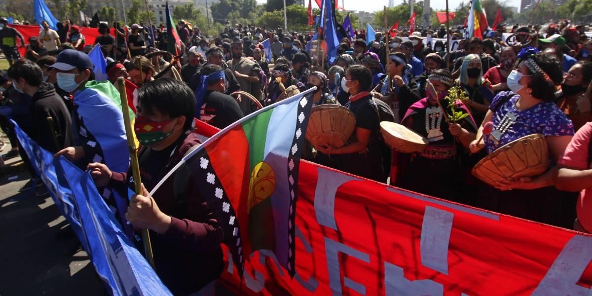 Pueblos originarios marchan en el centro de Santiago
