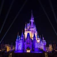 Castillo de Disney se ilumina para celebrar campeonato de Lakers
