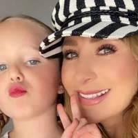 Hija de Geraldine Bazán copia el look de su mamá con pantalón de cuero, playera blanca y chamarra de mezclilla
