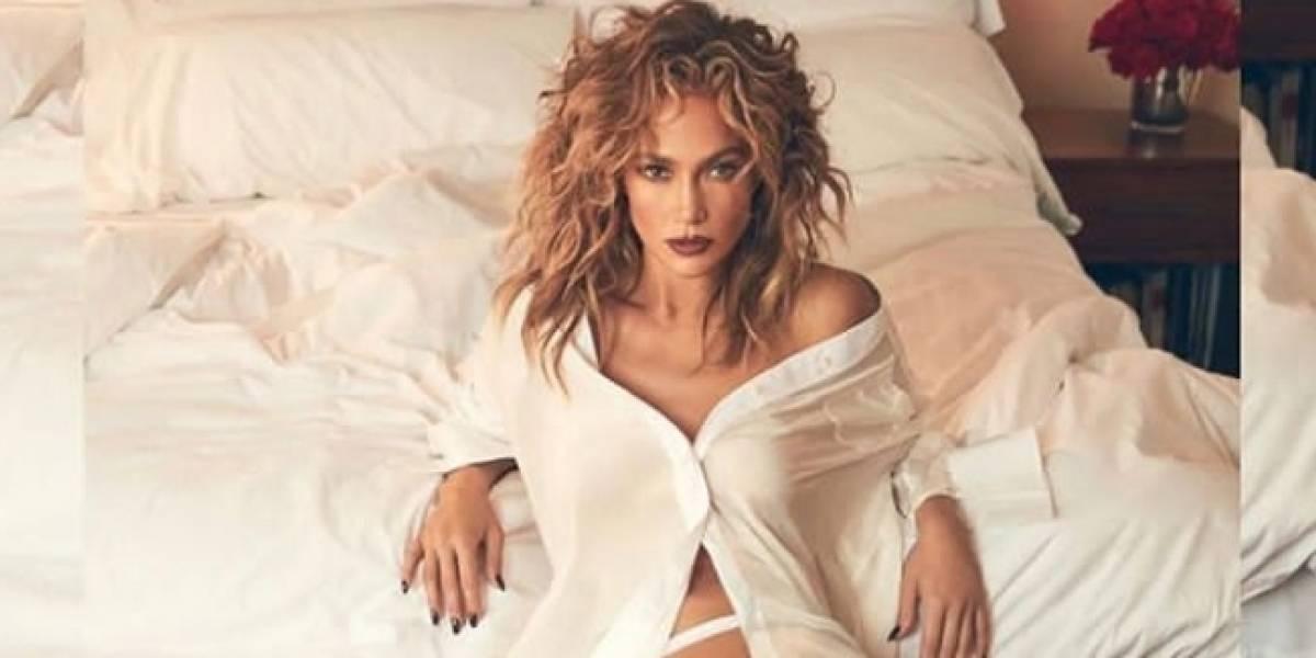 Jennifer Lopez fascina en un short metalizado con mini top y maxi botas de malla