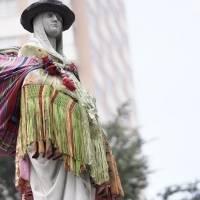 Activistas visten de chola a estatua de Isabel la Católica en Bolivia