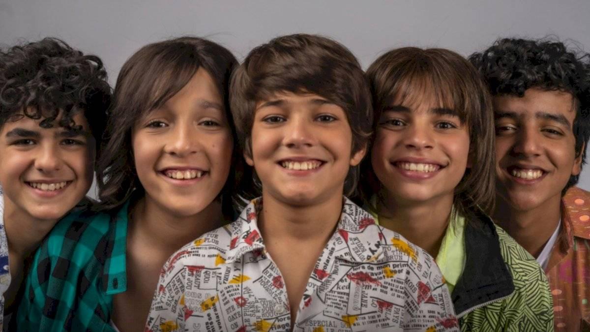 Ethan Schwartz (en el centro) interpretará a Ricky Martin en la serie.