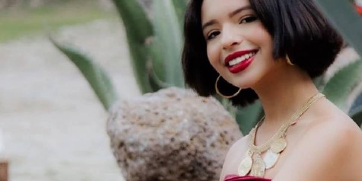 Ángela Aguilar con chamarra rosa de mezclilla, jean skinny y botas rojas tiene el perfecto estilo callejero