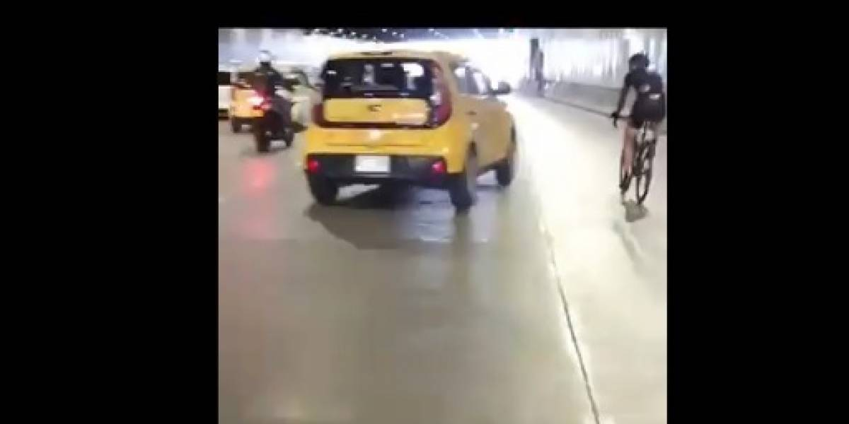 ¡Otro salvaje! Taxista amenazó con tirarle carro a ciclista y casi lo atropella