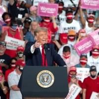 Donald Trump bailó durante su mitin de campaña y ofreció besar a todo el público tras superar el COVID-19