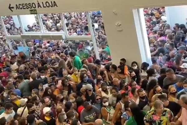 Escándalo en Brasil: multitudinaria apertura de una tienda de un amigo de Bolsonaro provoca un caos en plena crisis por el covid-19