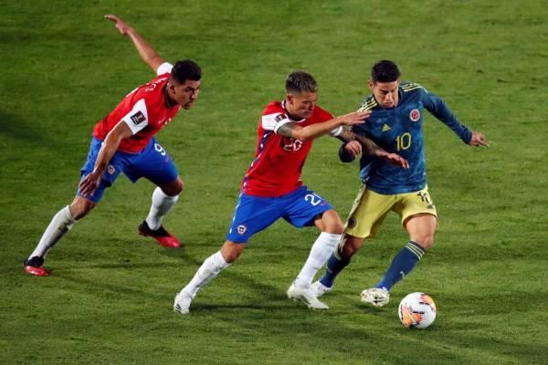Chile complicó su inicio en las clasificatorias y Colombia le empató sobre la hora en el Nacional