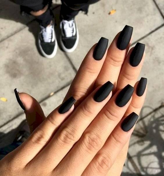 tonos oscuros de uñas