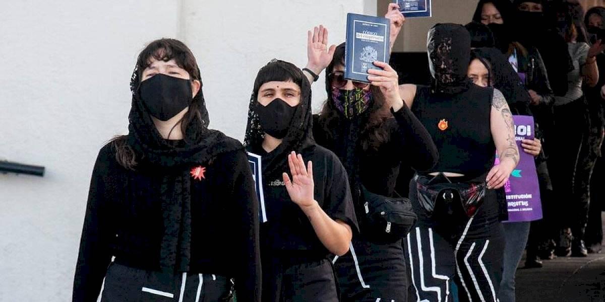"""""""Hundimos el miedo"""": colectivo LasTesis lideró """"funeral"""" de la Constitución en Valparaíso"""