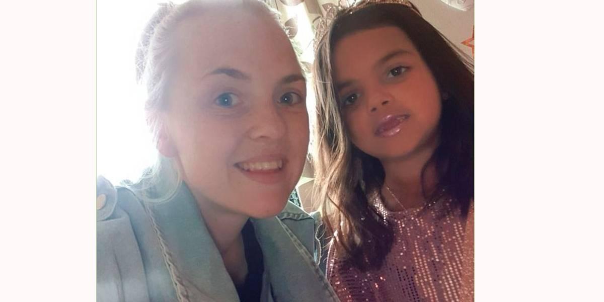 Vítima de bullying na escola, menina passa talco para ficar branca