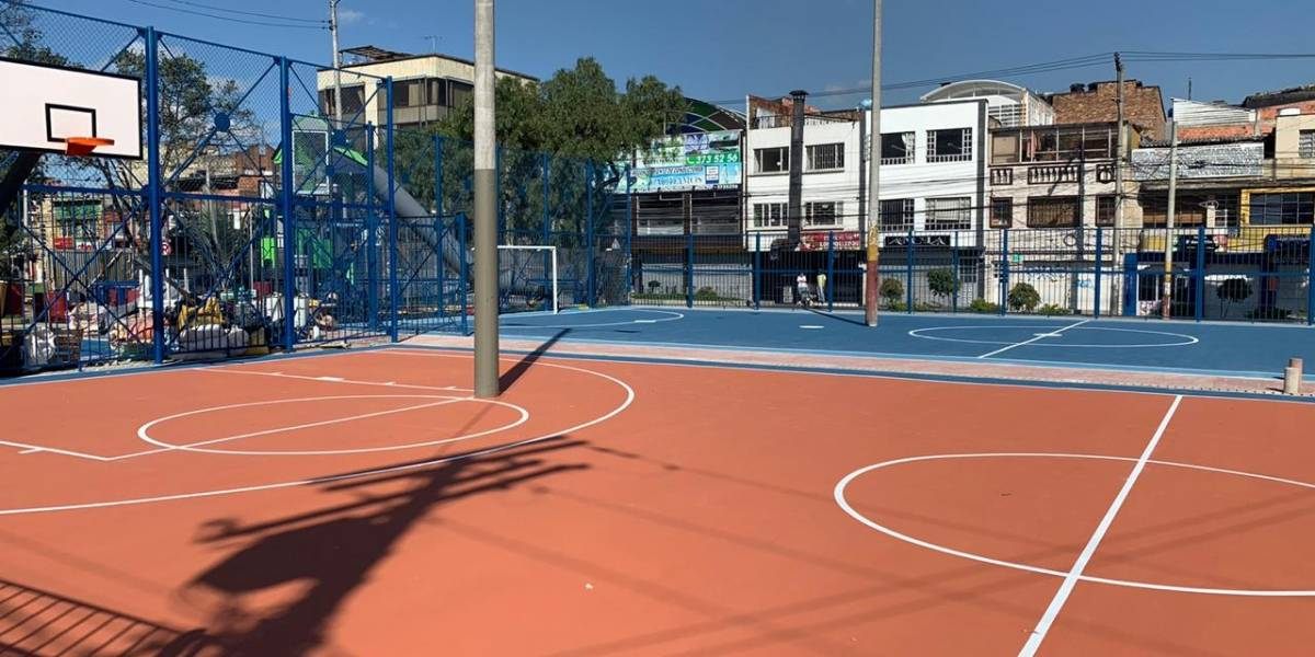 Canchas deportivas en un parque de Bogotá quedaron con postes atravesados