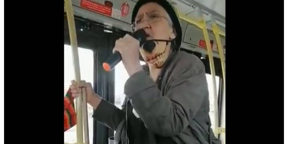 (VIDEO) Abuela rapera se vuelve viral por talentosa presentación en TransMilenio