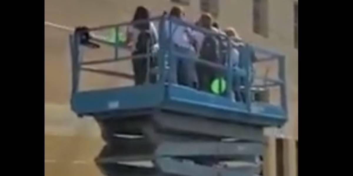 """""""Te queremos"""": grupo de mujeres arrienda una grúa para saludar a una amiga hospitalizada con cáncer"""