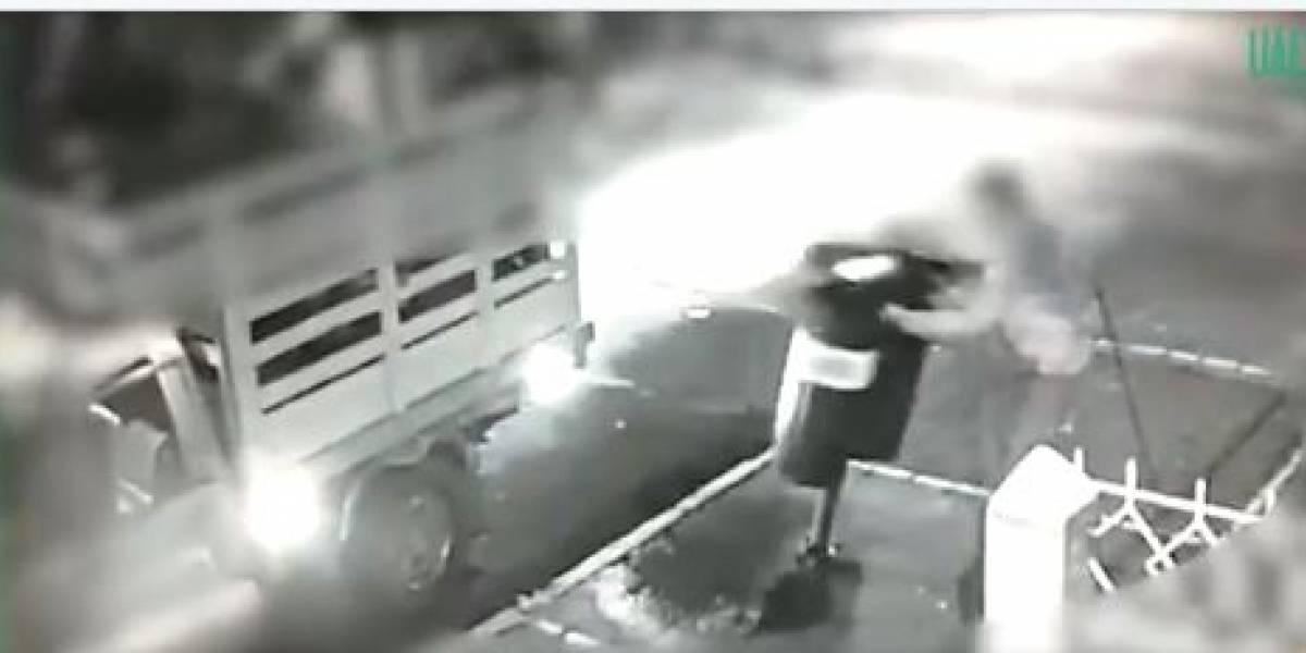(VIDEO) Estos delincuentes se roban las cestas de basura en menos de 20 segundos en Bogotá