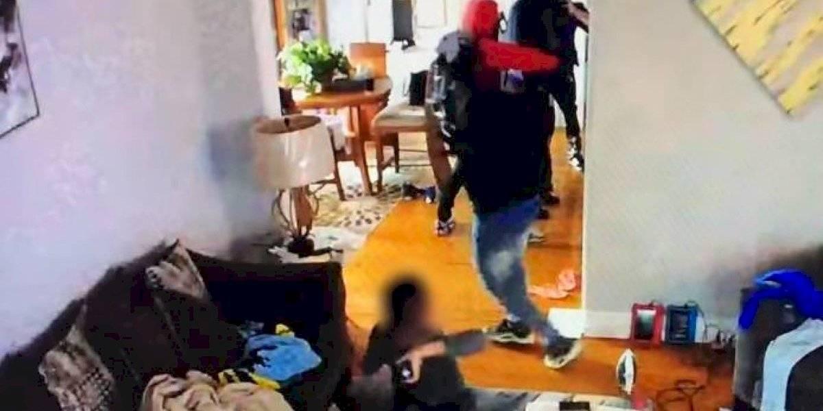 Niño de 5 años defiende a su madre lanzándole su juguete a ladrones