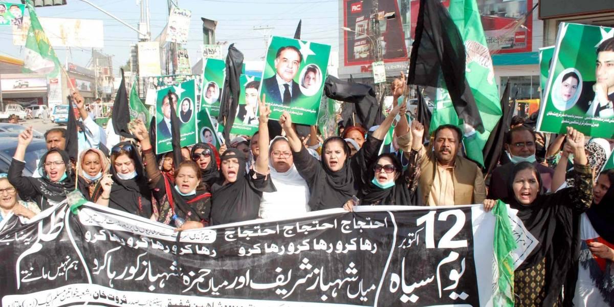 Pakistán.- Miles de paquistaníes inauguran en las calles una nueva alianza para echar del poder al primer ministro