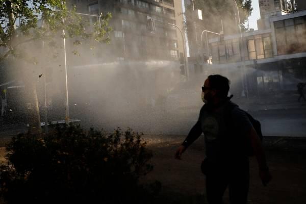 Joven fue atropellado por carro de Carabineros durante las protestas en Plaza Italia
