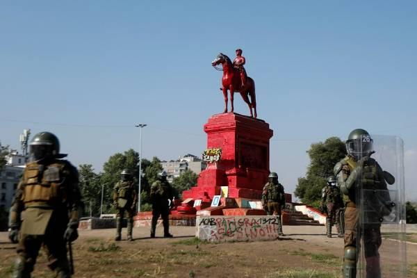 Nueva jornada de protesta con miles de personas dejó barricadas y la estatua de Baquedano pintada de rojo