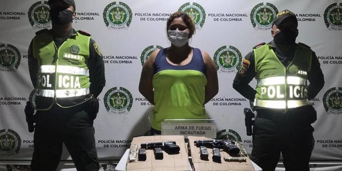 Capturaron a esta mujer por porte ilegal de dos pistolas 40 milímetros