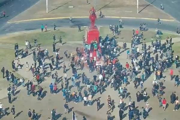 Plaza Italia: manifestantes pintan estatua del general Baquedano de color rojo