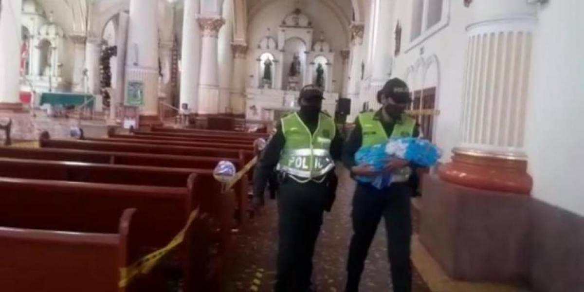 Una mujer dejó a un bebé abandonado debajo de la banca de una iglesia
