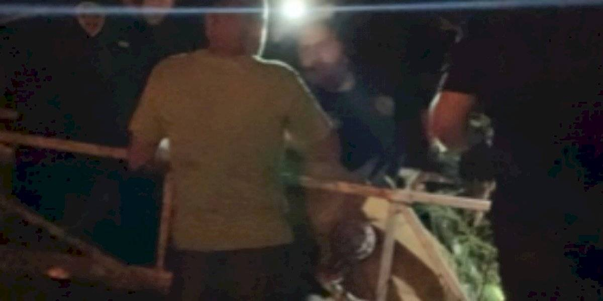 Autoridades rescatan perro y dos personas en un risco de Ponce