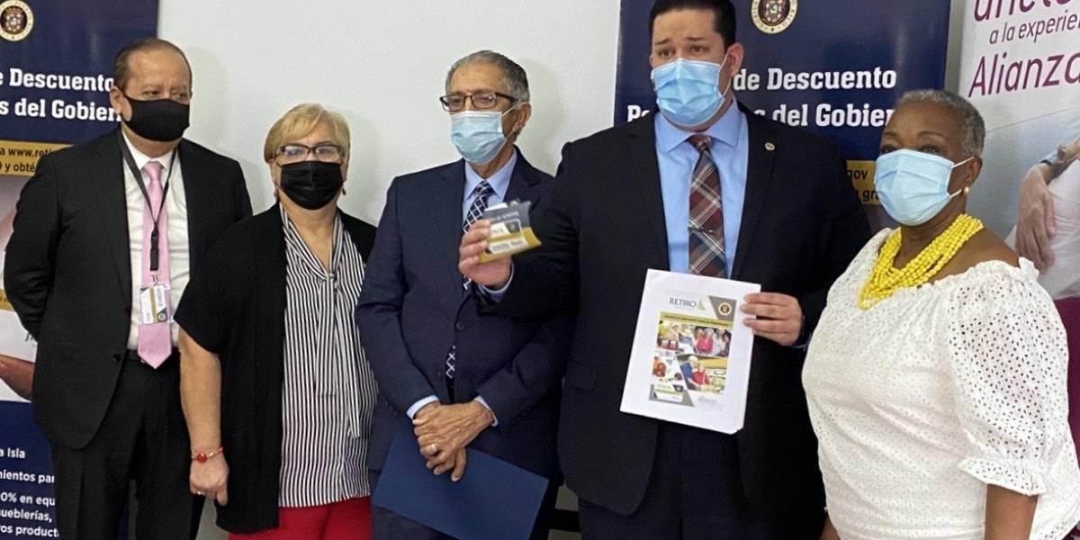 Entregan tarjetas de descuentos a pensionados del Gobierno