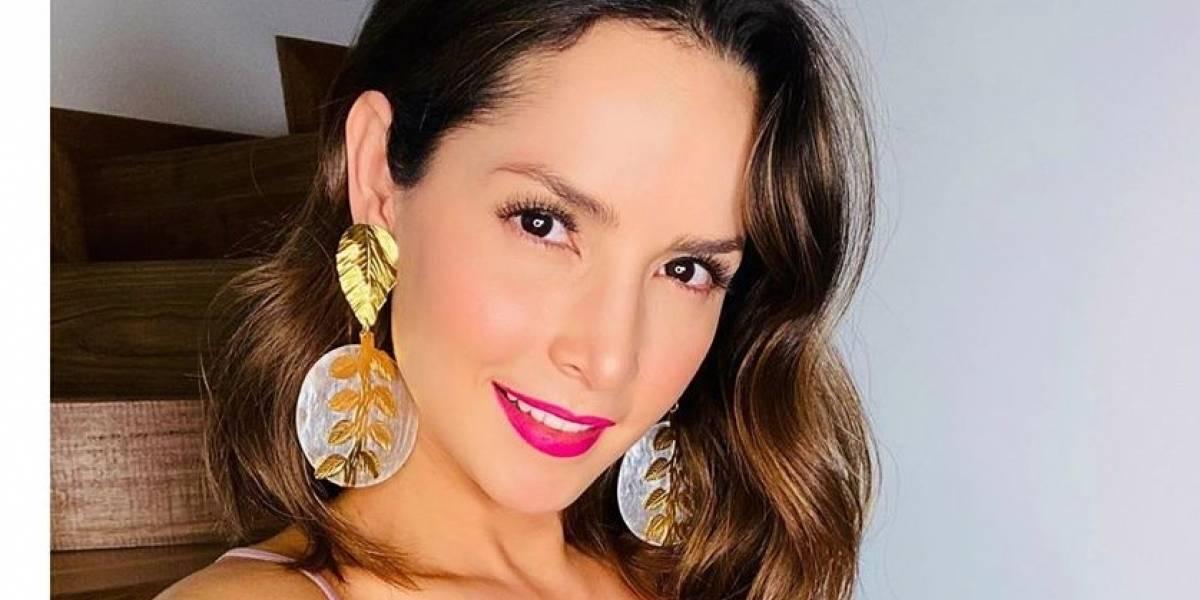 Carmen Villalobos fascina con un outfit de pantalón de cuero verde palazzo y un mini top nude