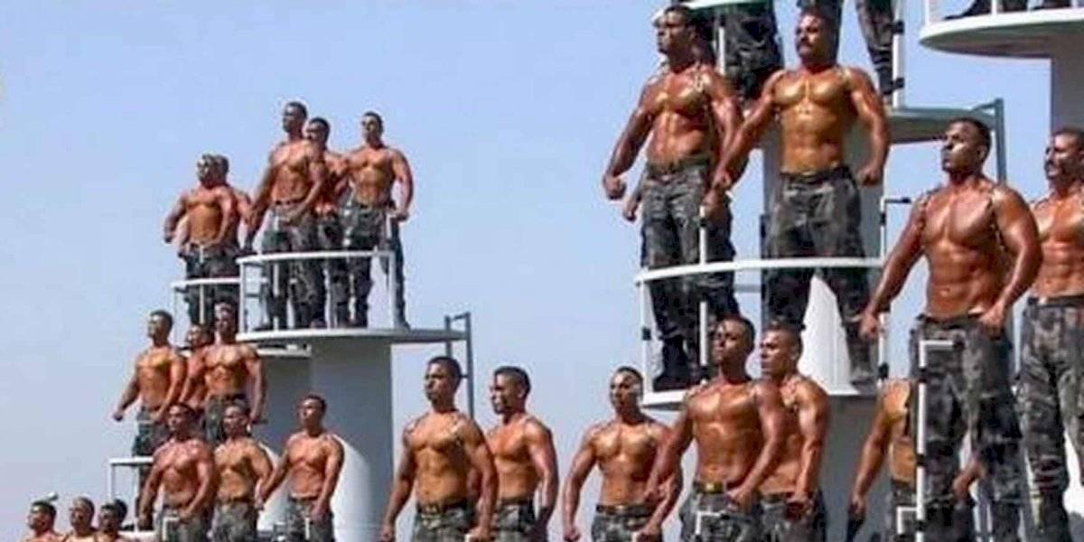 Torso desnudo y cuerpos aceitados: el exótico desfile de la nueva generación de policías en Egipto