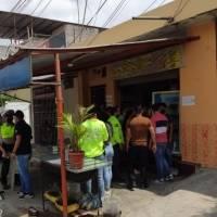 Policía vestido de civil disparó en la cabeza a un presunto asaltante durante un robo en Guayaquil