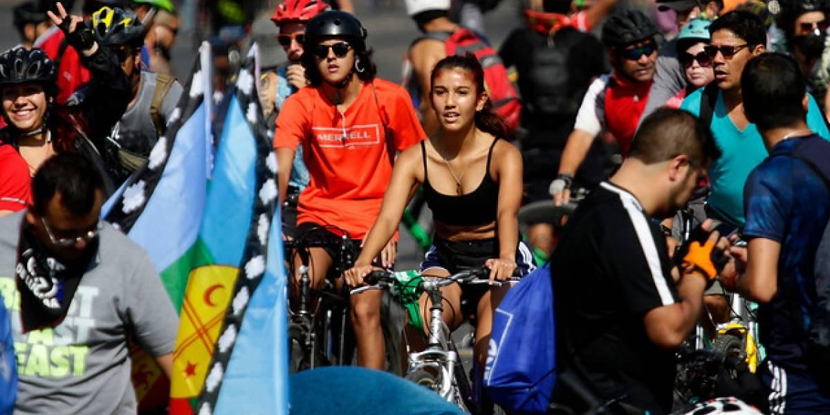 Caravana de miles de ciclistas se suman a la manifestación del 18-O en la Plaza Italia