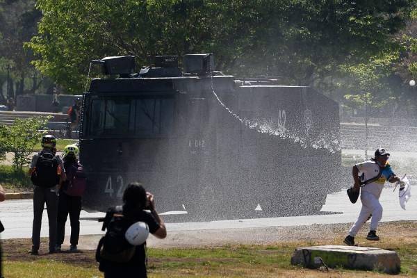 Aniversario del 18-O: se registran primeros incidentes y manifestantes se toman monumento a Baquedano