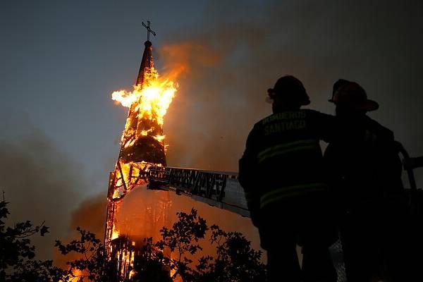 La lenta agonía bajo el fuego de la iglesia de la Asunción: las impactantes imágenes del derrumbe de la parroquia