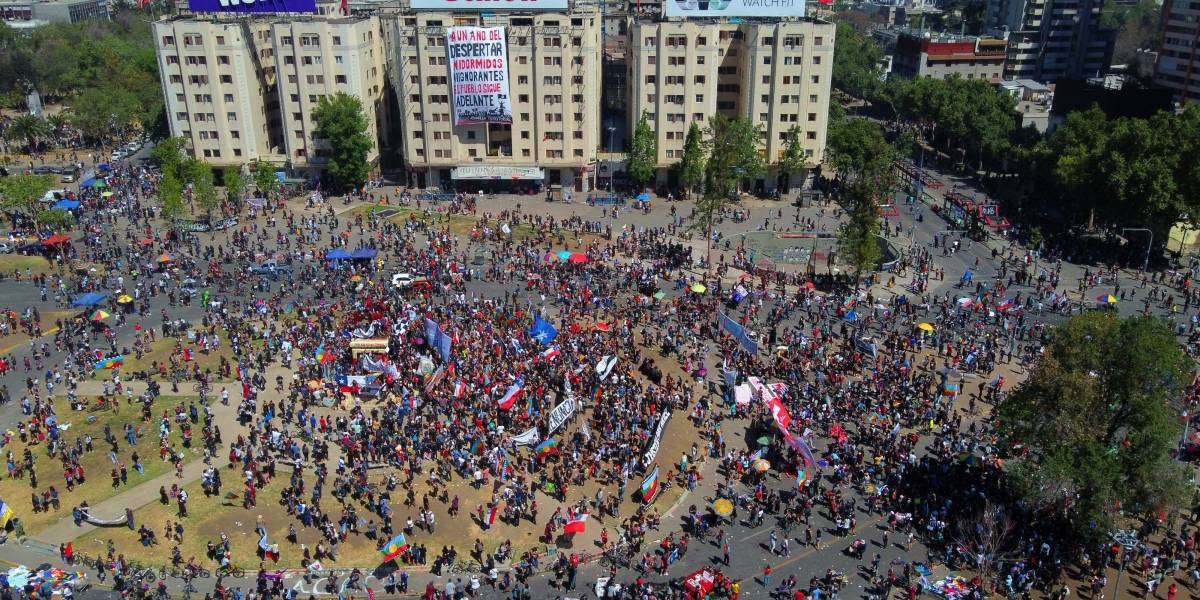 Aniversario de protestas en Chile: manifestantes toman la Plaza Italia
