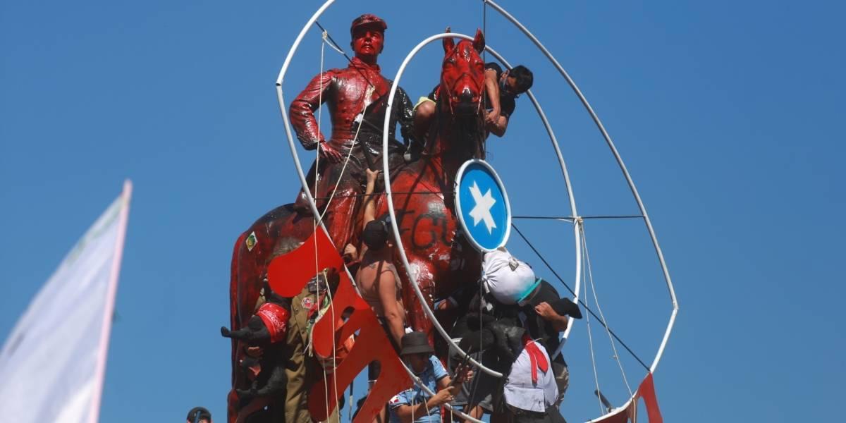 Instalan ojo gigante en estatua de Baquedano por los heridos del estallido social