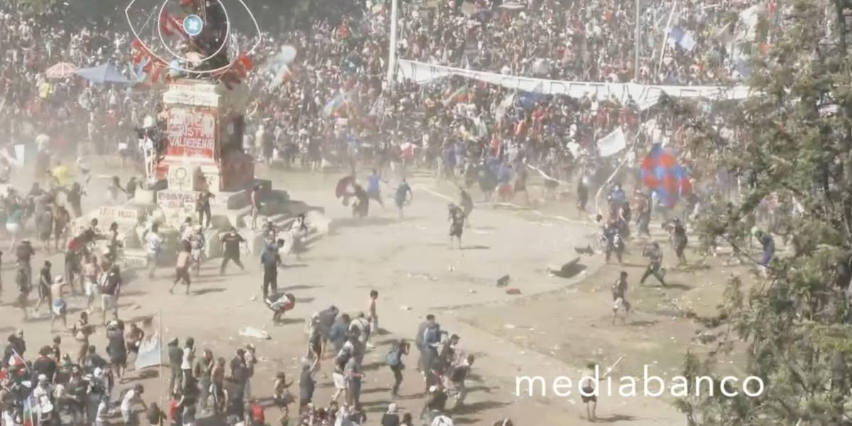 """Video: barristas de Colo Colo y la """"U"""" protagonizan brutal enfrentamiento en Plaza Italia"""