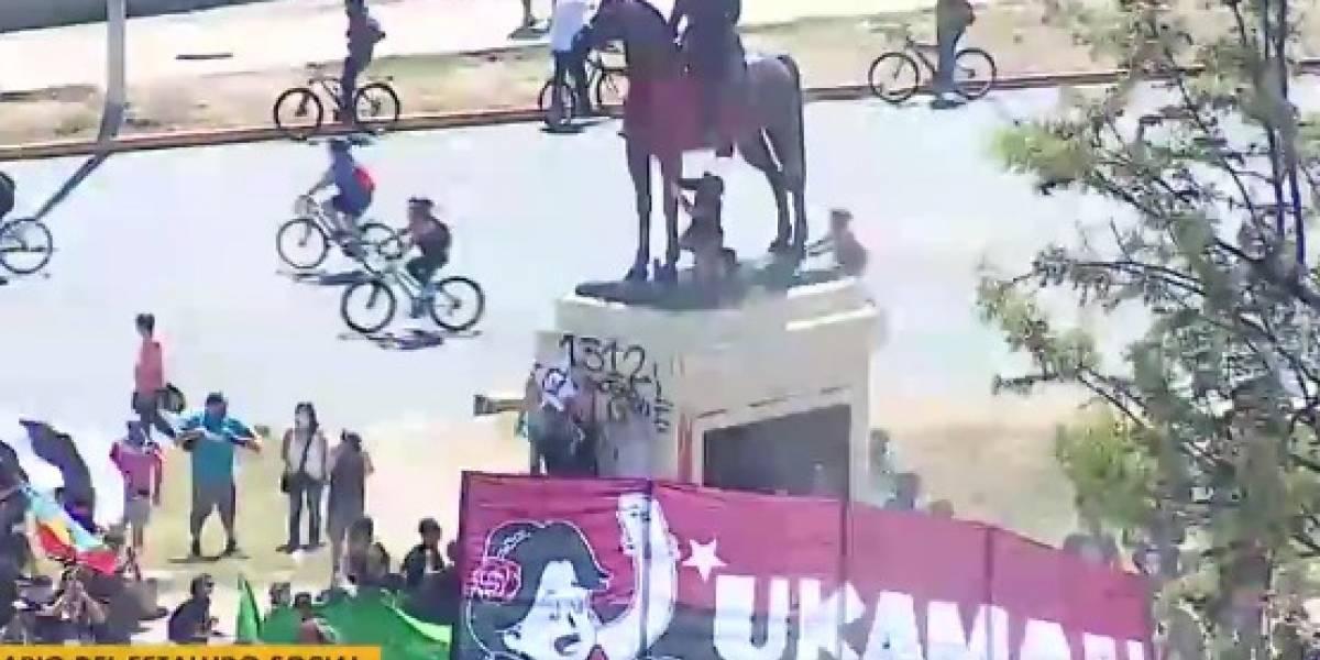 Video muestra cómo volvieron a pintar de rojo el monumento del general Baquedano en Plaza Italia