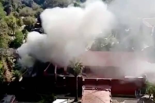"""""""La única Iglesia que ilumina es la que arde"""": joven se hace viral con imagen dentro de incendiada iglesia de Carabineros"""