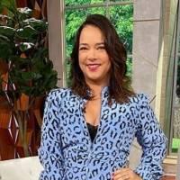 Adamari Lopez deslumbra con un mini vestido púrpura plisado ideal para lucir más alta y estilizada