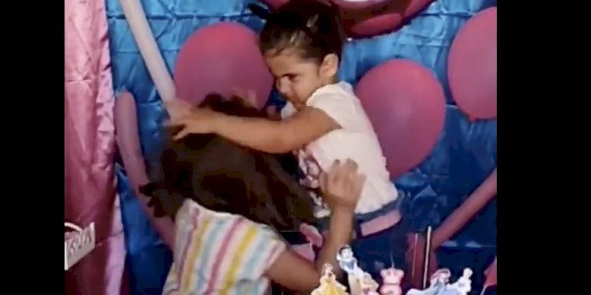 El viral del momento: niña apagó las velas de su hermana en el cumpleaños y desató el fenómeno