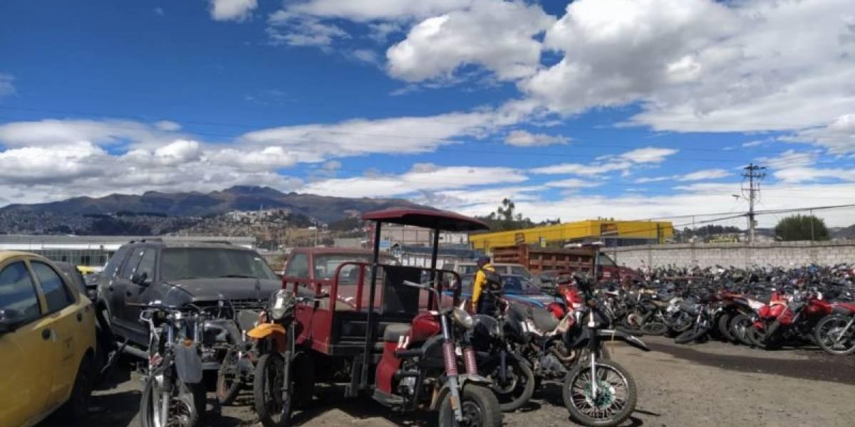Quito: 28 motocicletas y 21 vehículos con irregularidades fueron entregados a la Policía Nacional